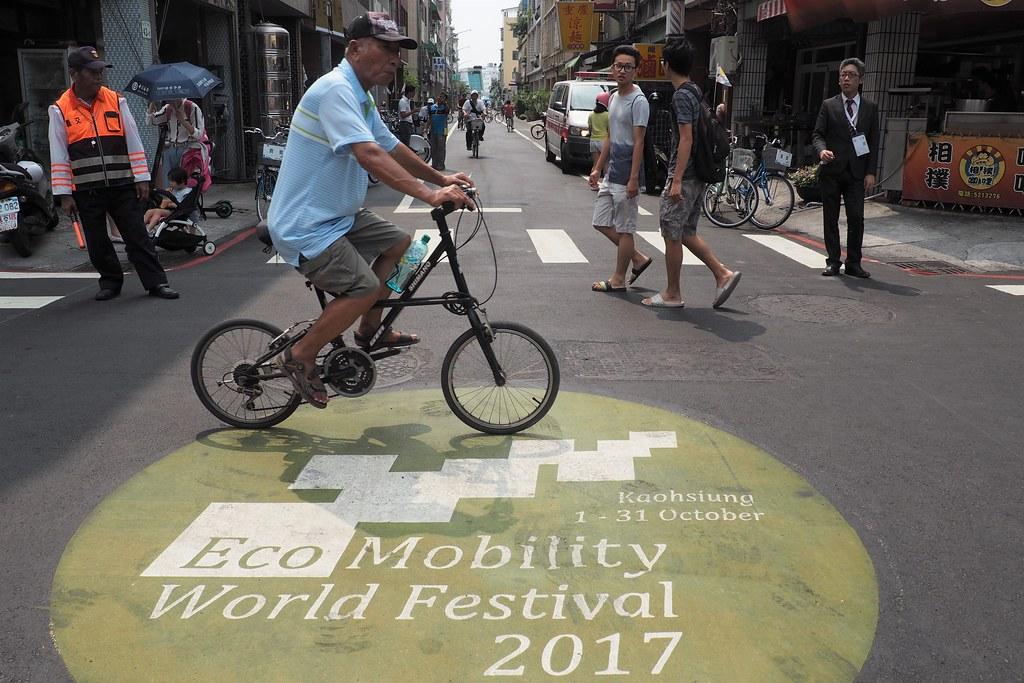 哈瑪星生態交通示範區內,在交管期間僅能用單車、步行或電動車行駛通行。攝影:李育琴。