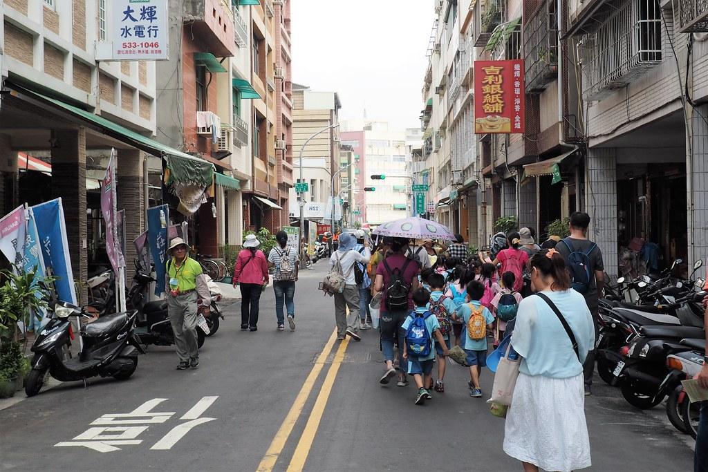 學生在無車的街道中走讀社區歷史文化。攝影:李育琴。