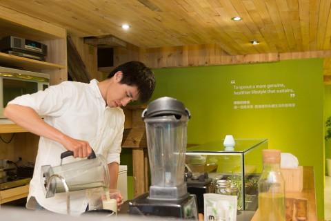 綠藤同仁正在為顧客製作精力湯。
