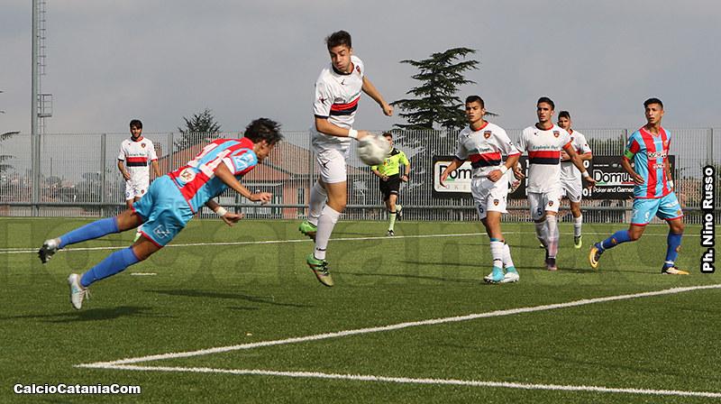 Gianmarco Distefano, in tuffo, realizza il secondo gol di testa