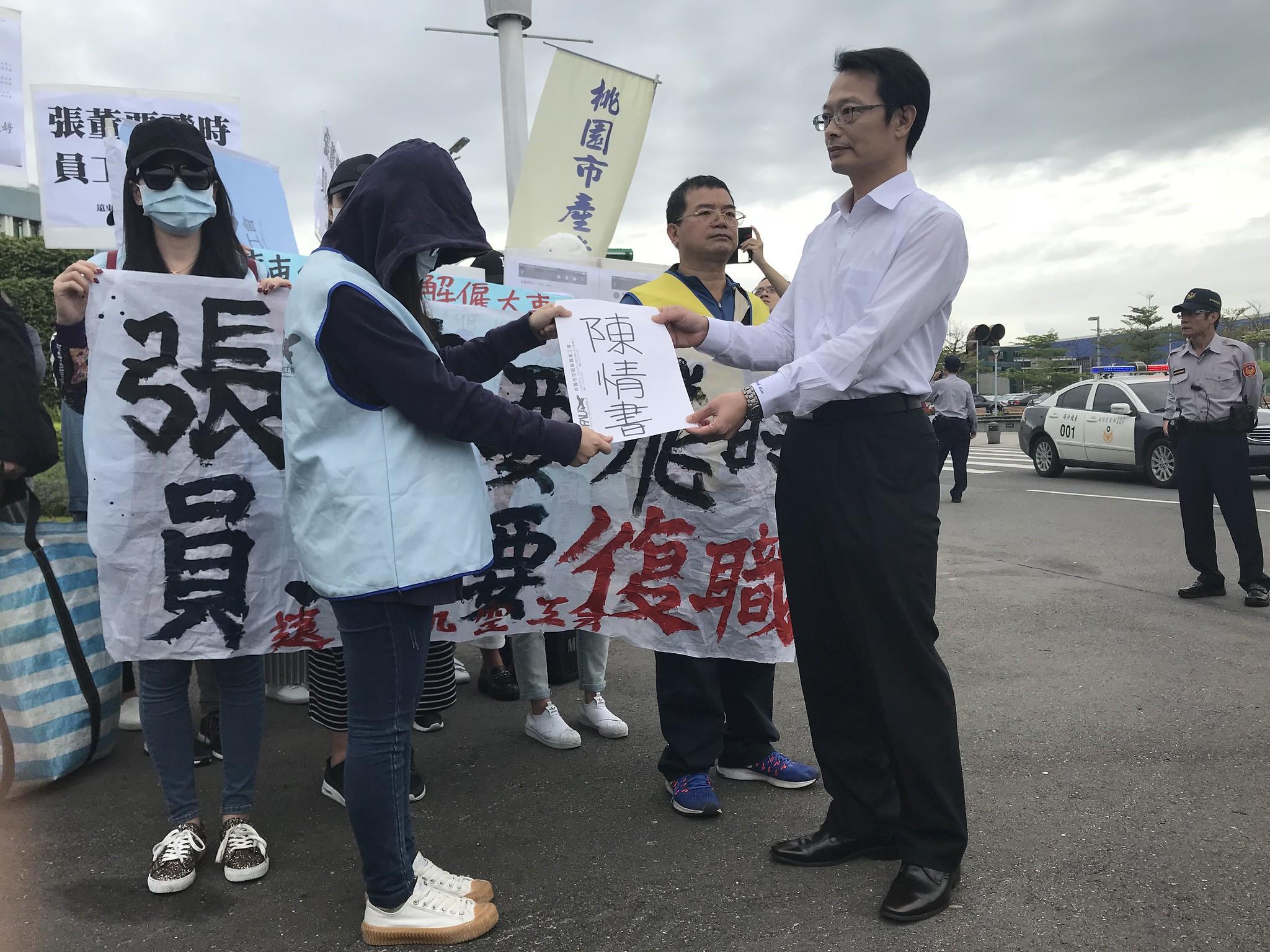 工會向民航局陳情,民航局標準組長林俊良表示不樂見遠航勞資衝突持續下去。(攝影:張宗坤)