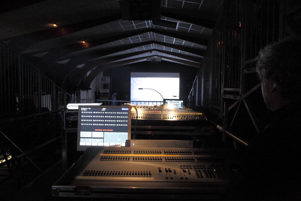 放映室外,約三層樓的高台上有負責音控跟燈控的工作人員,在此可以由上往下眺望整個放映廳