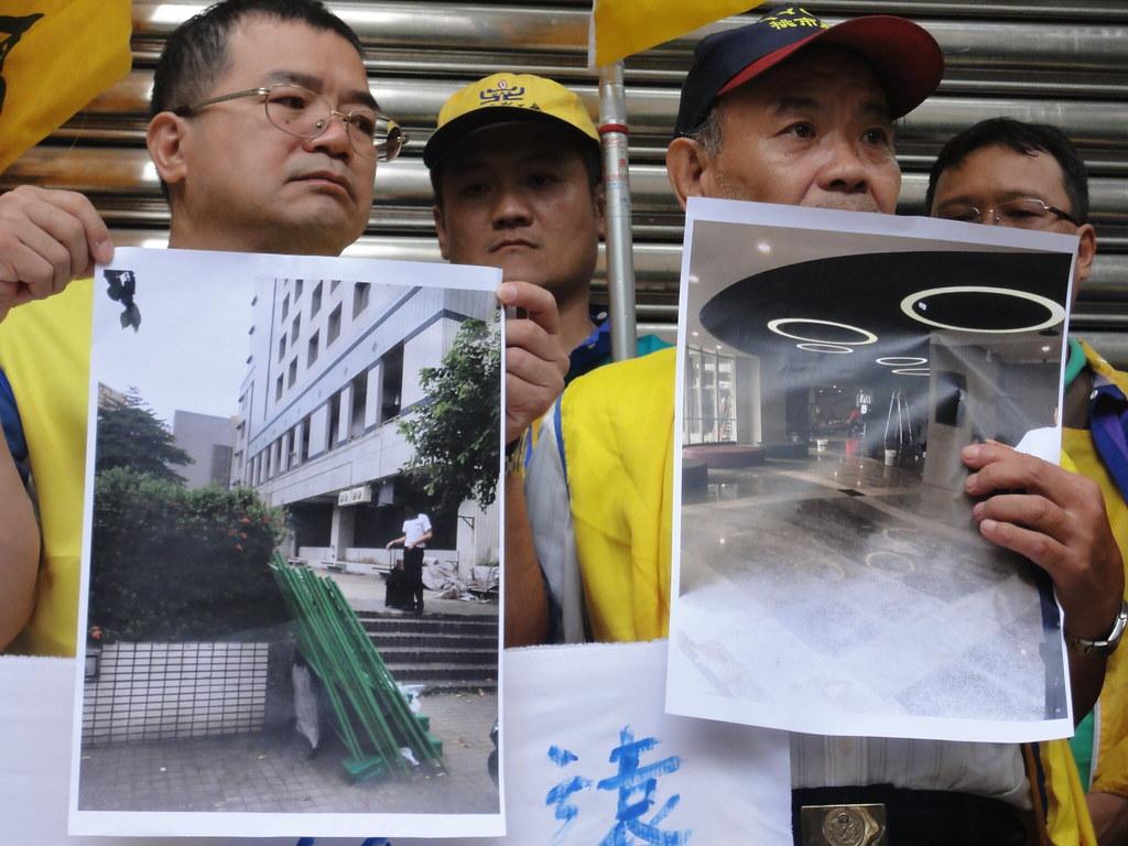 工會出示照片,指出高雄宿舍施工中且有鐵皮和圍籬。(攝影:張智琦)
