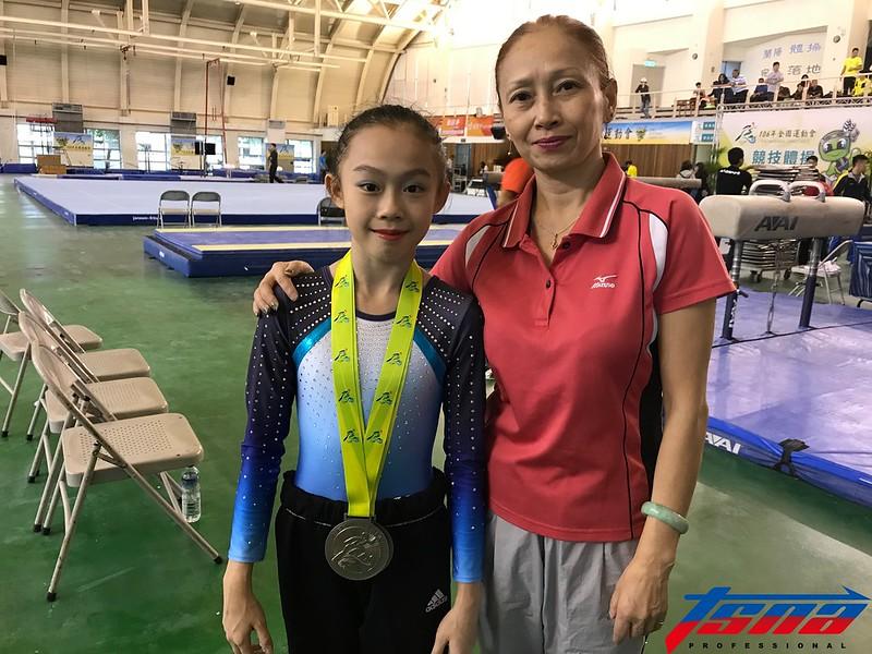 13歲的黃子星(左)與媽媽梁萍。(鍾亞芳/攝)