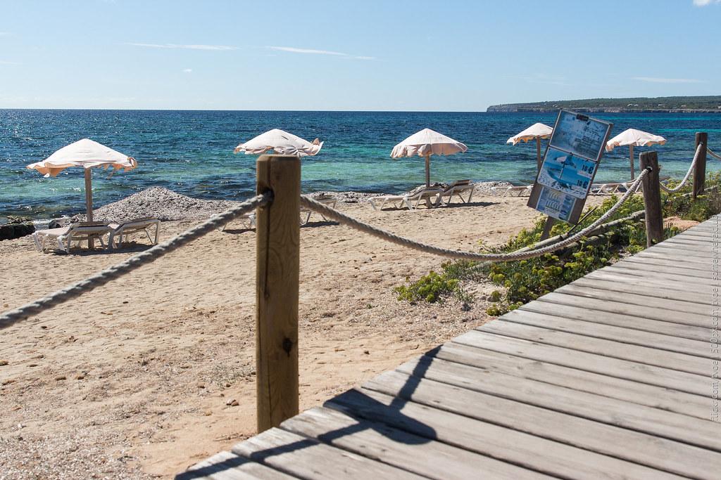 Южный пляж Форментеры. Помост и зонтики с лежаками