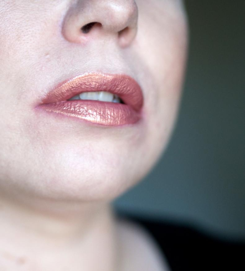 huda beauty lip strobe angelic lip swatch