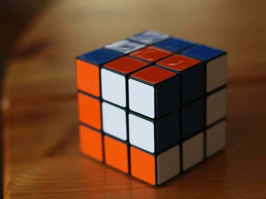 Play-Rubiks-Cube-Puzzle