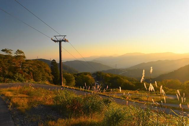 秋の苗場山 リフトと朝日