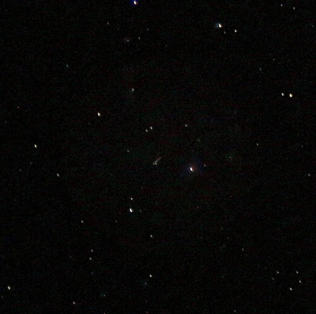 VCSE - A (3122) Florence kisbolygó 2017. október 1-én kora este. A vezetés hibái és az élességállítás elmulasztása miatt miatt a csillagok kissé banán alakúak. Az összeadott hét képen a kisbolygó csíkot húz, ez a csík a kisbolygó látszó, csillagok háttere előtti mozgásának következménye. - Ágoston Zsolt és Csizmadia Szilárd felvétele