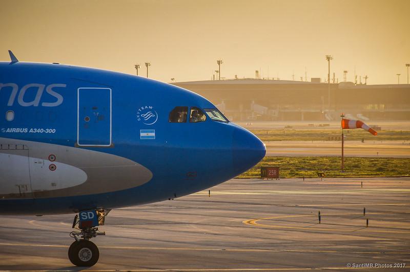 Airbus A340 yendo a pista de despegue