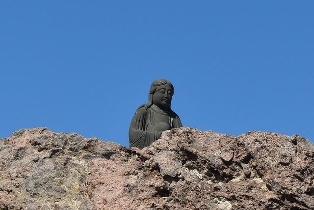 大平晟のレリーフの上の仏様