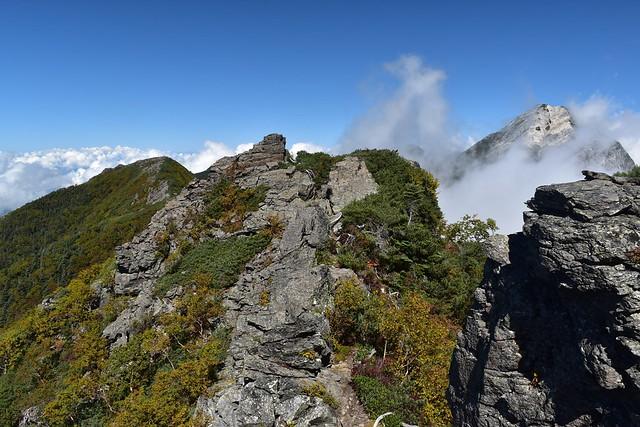 アサヨ峰の岩場から眺める甲斐駒ヶ岳
