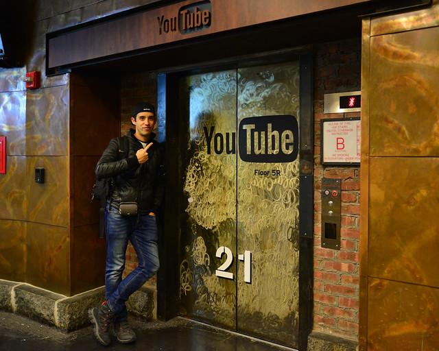 Frente a la entrada de las oficinas de Youtube en el Chelsie Market de Nueva York