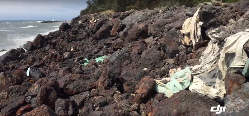 出現在新竹鳳鼻隧道旁海岸線的集塵灰。資料照片,晁瑞光攝。