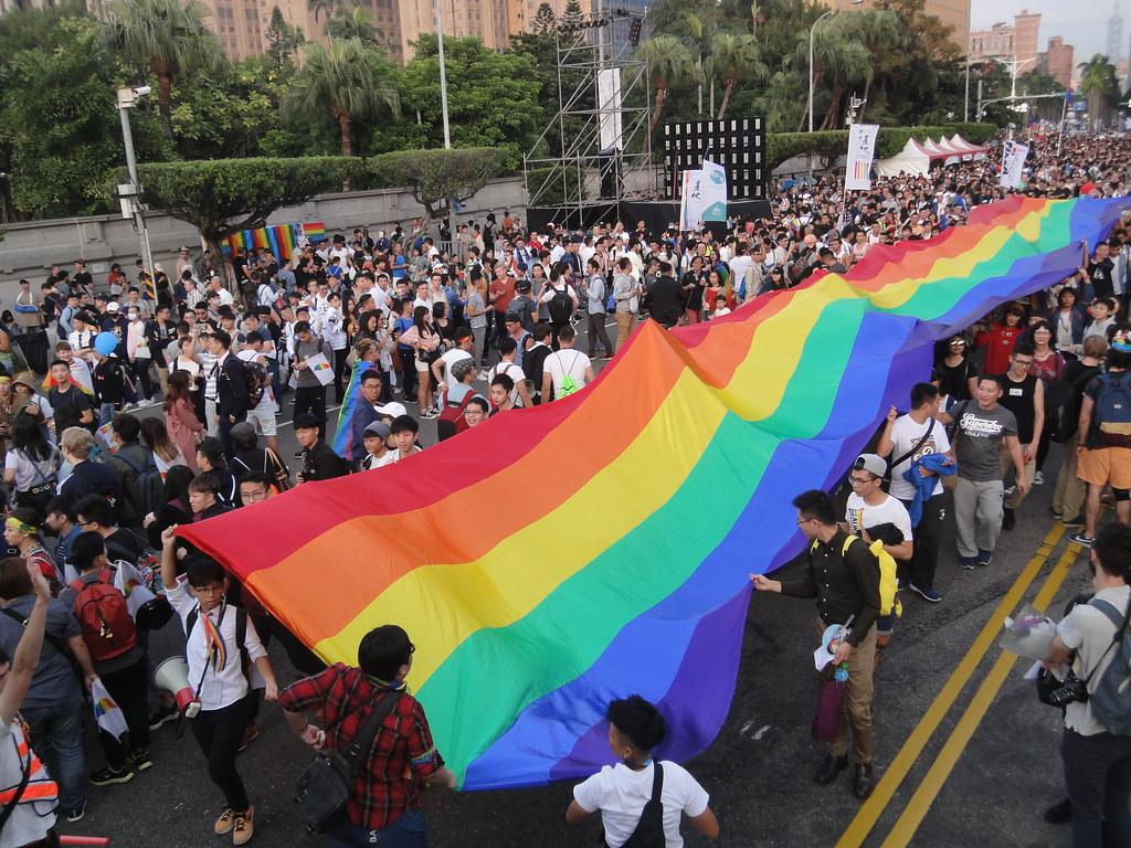 大面彩虹旗抵達凱道。(攝影:張智琦)