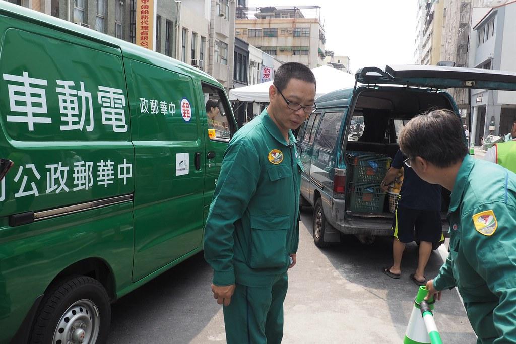 店家貨物在示範區外由市府協助利用電車車轉運。攝影:李育琴。