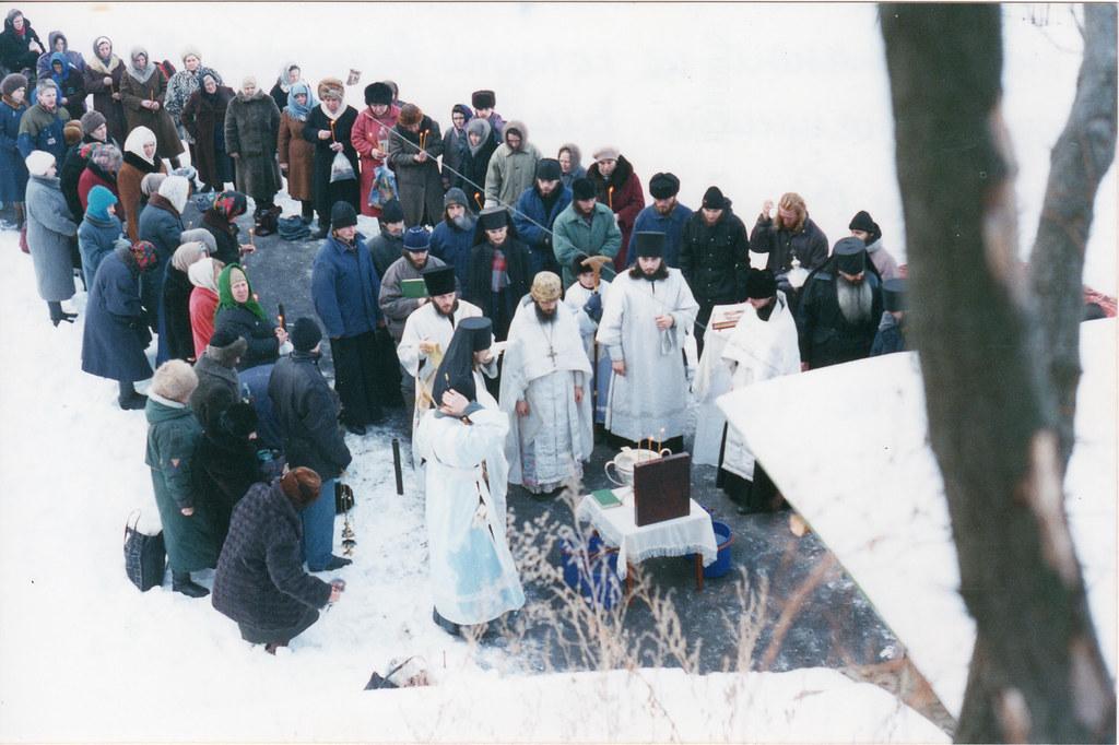 Служба Навечерия Богоявления у пещерной Антоние-Феодосиевской церкви. 18 января 1996г.