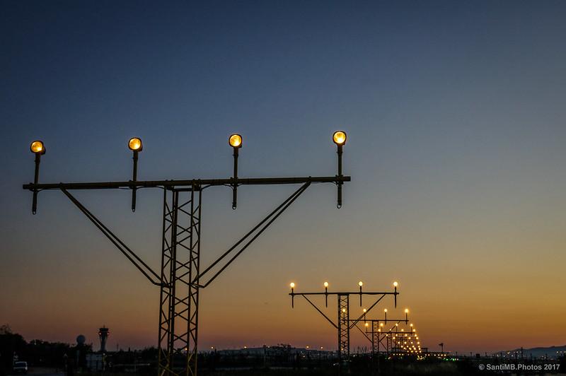 Luces de la pista de aterrizaje en el crepúsculo