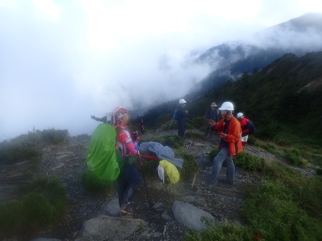 106年9月 合歡北峰步道 步道志工們修復步道 引起山友的好奇與關心 進一步展開解說對話。攝影:陳理德