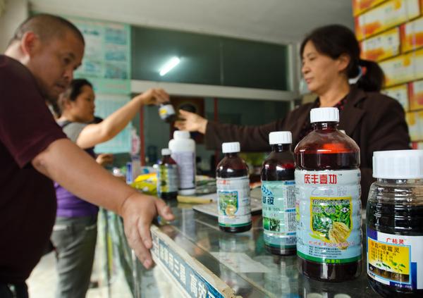 雲南文山的農民在當地的商鋪購買農藥。圖片來源:Simon Lim/Greenpeace