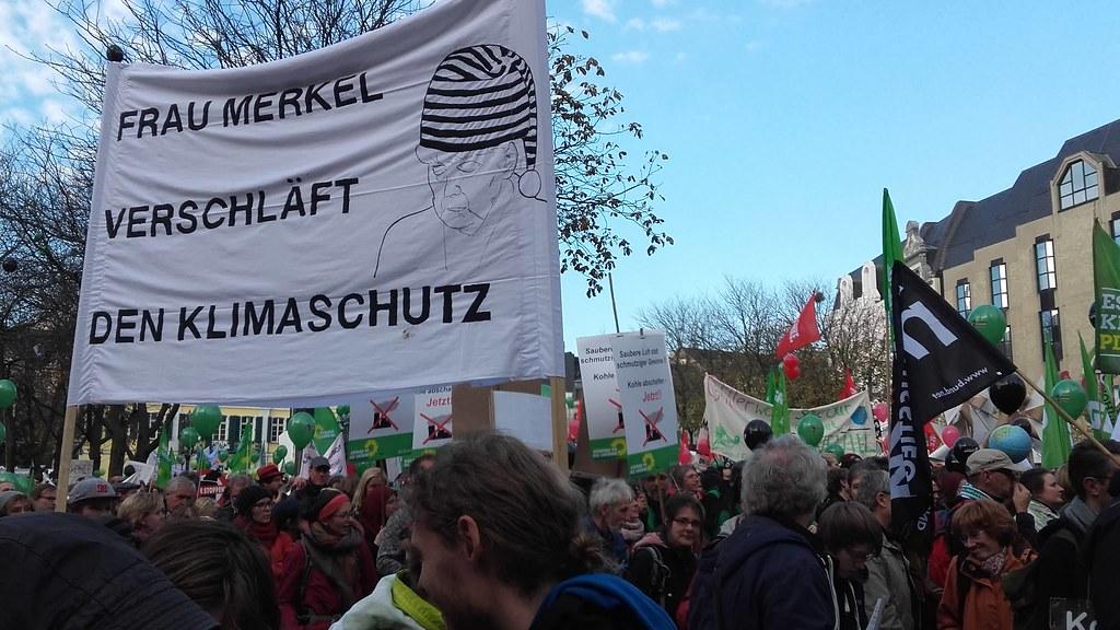 民眾抗議梅克爾的氣候政策睡著了 攝影:駱書玉