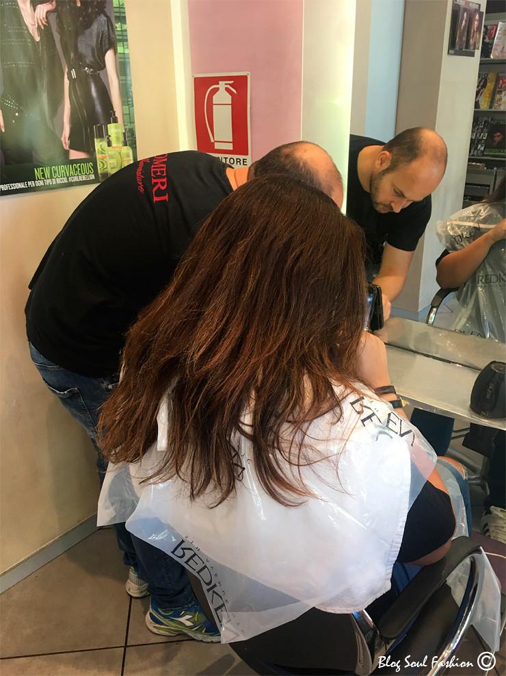 O meu top cabeleireiro Rezart trabalhando a tinta para aplicar no meu cabelo junto com a hidração que agiu profundamente nos fios tratando o ressecamento.