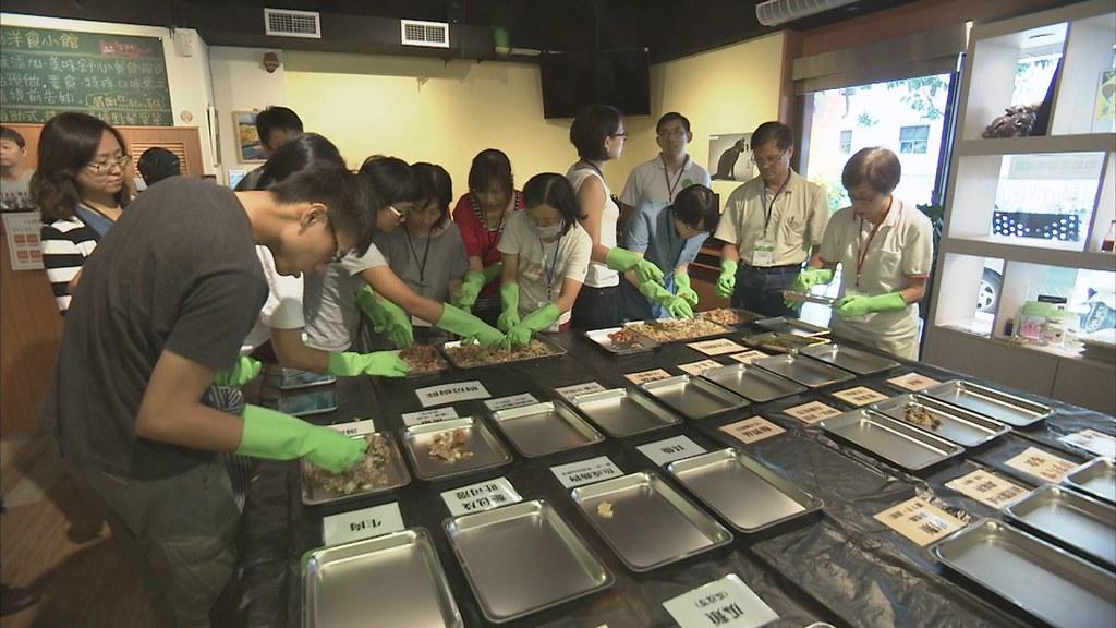 927-3-02香港「綠領行動」舉辦工作坊,讓參與工作坊的學員,將廚餘仔細分門別類,秤重、做紀錄。