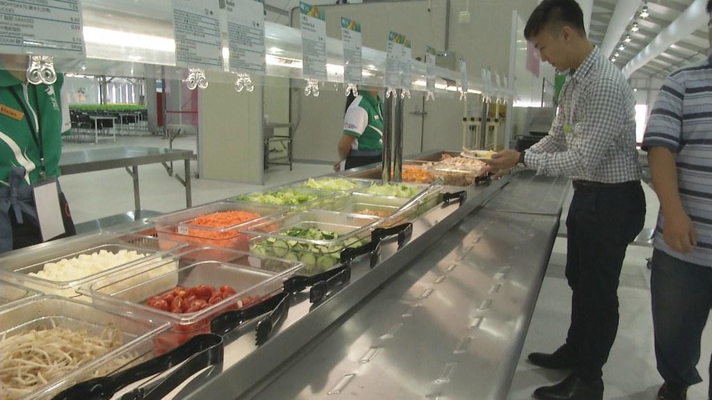 927-3-13餐廳裡的熟食,只要陳列超過兩小時、冷食超過四小時,就必須丟棄。