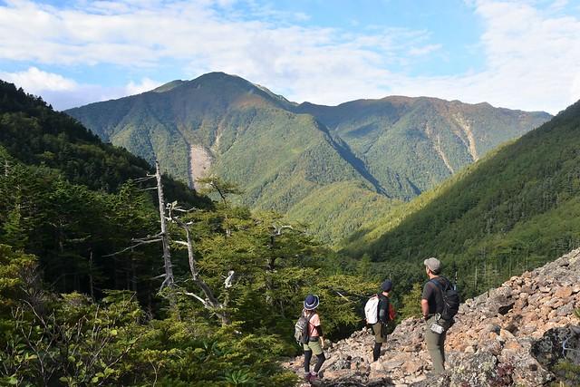 仙水峠ガレ場から眺める仙丈ヶ岳