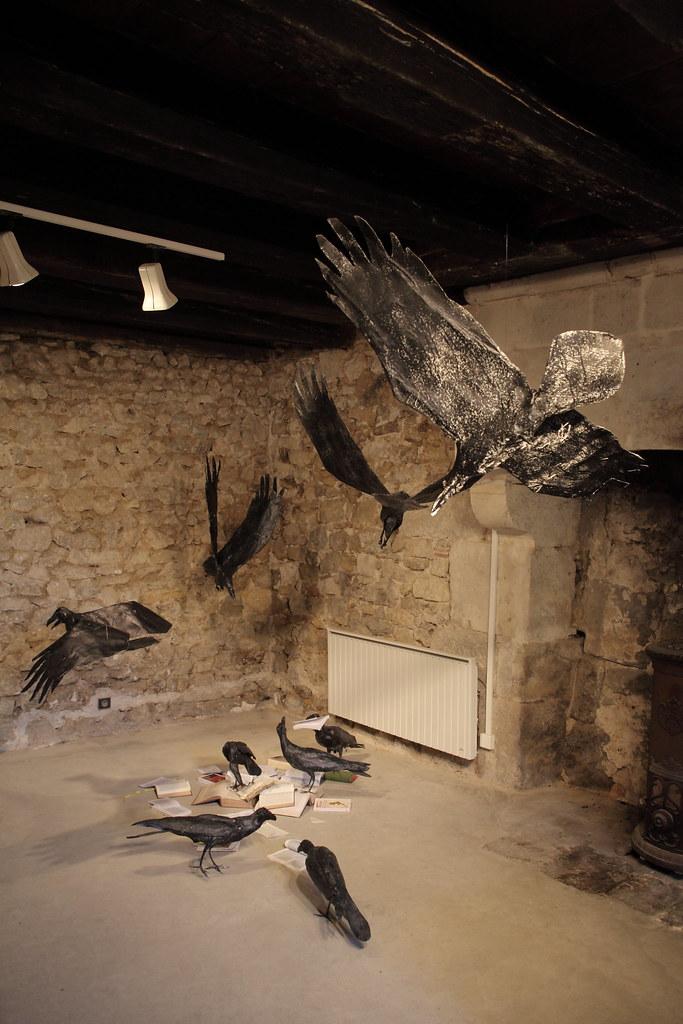 藝術家安娜莉絲利用紙類雕塑烏鴉,再加上精心佈置的場景安排,讓虛擬現場栩栩如生