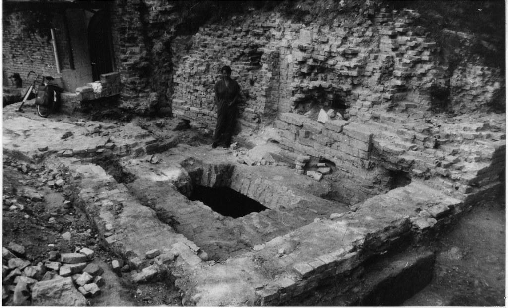 Правый склеп усыпальницы князей Голицыных во время архитектурно-археологических исследований. Фото 1994г.