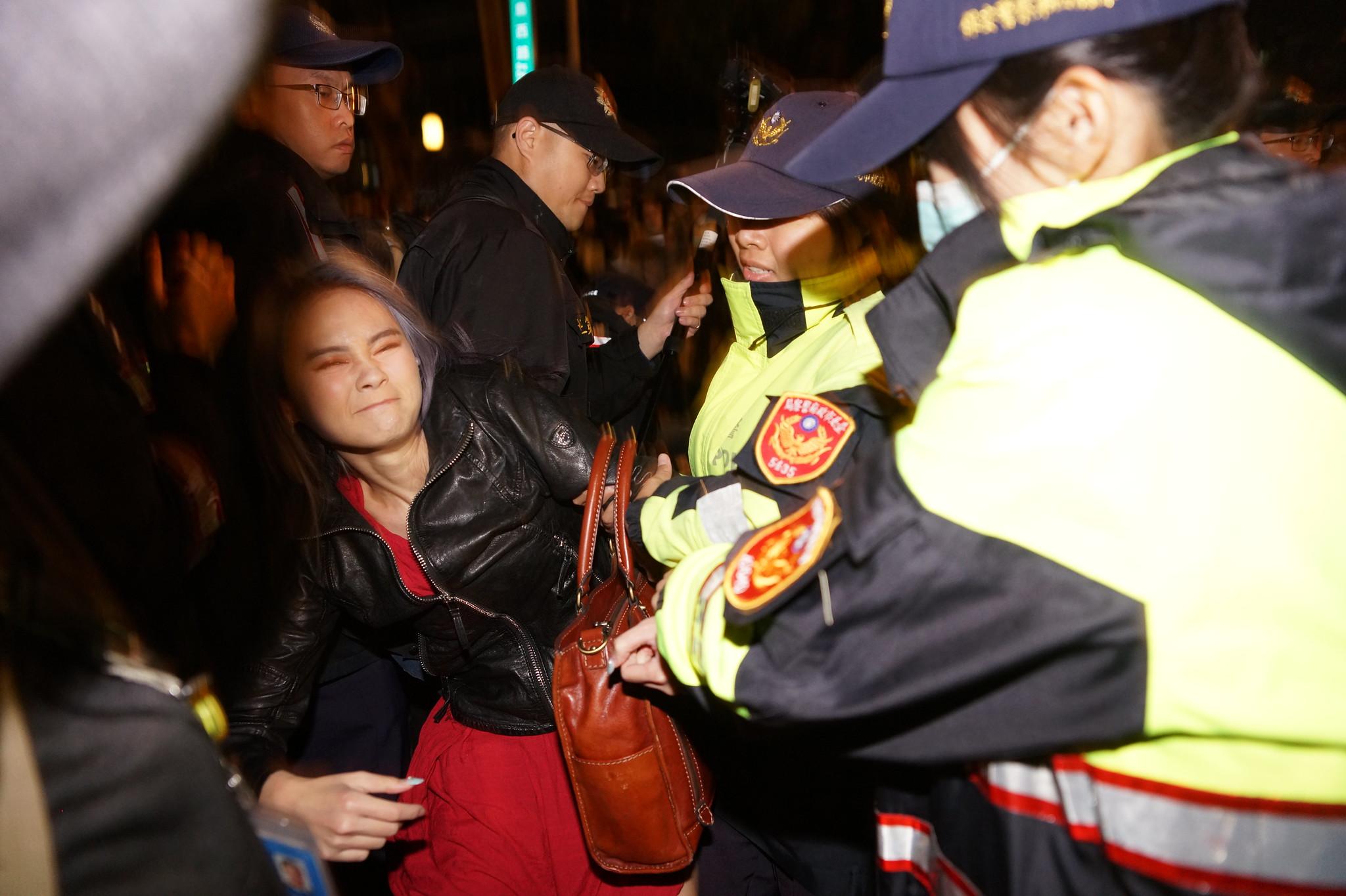 優勢警力強行抬離民眾引發激烈衝突。(攝影:王顥中)