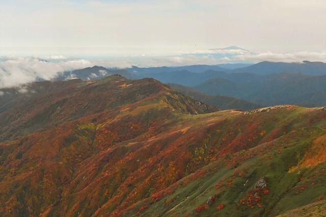 以東岳から眺める鳥海山