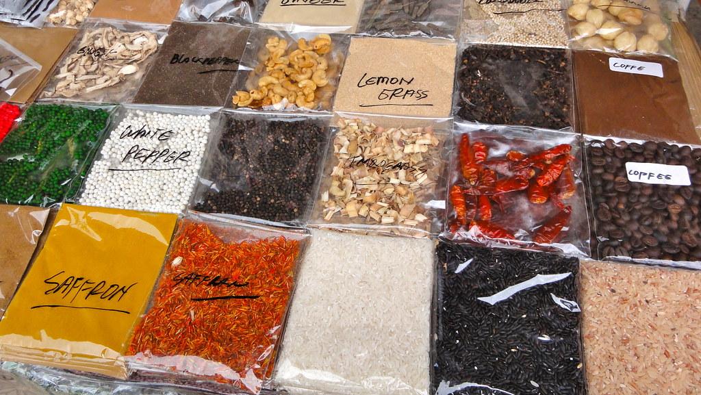 峇里島攤販上的香料。圖片來源:tenz(CC BY-SA 2.0)。