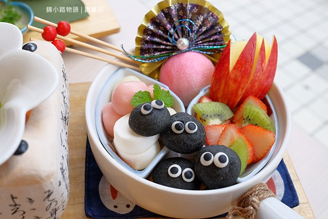 38428829751 f5d6d5b5b4 b - 錦小路物語 | 窩藏巷弄內的日本食堂,食尚玩家推薦 冬季限定的療癒系煤炭精靈甜點真的超可愛!