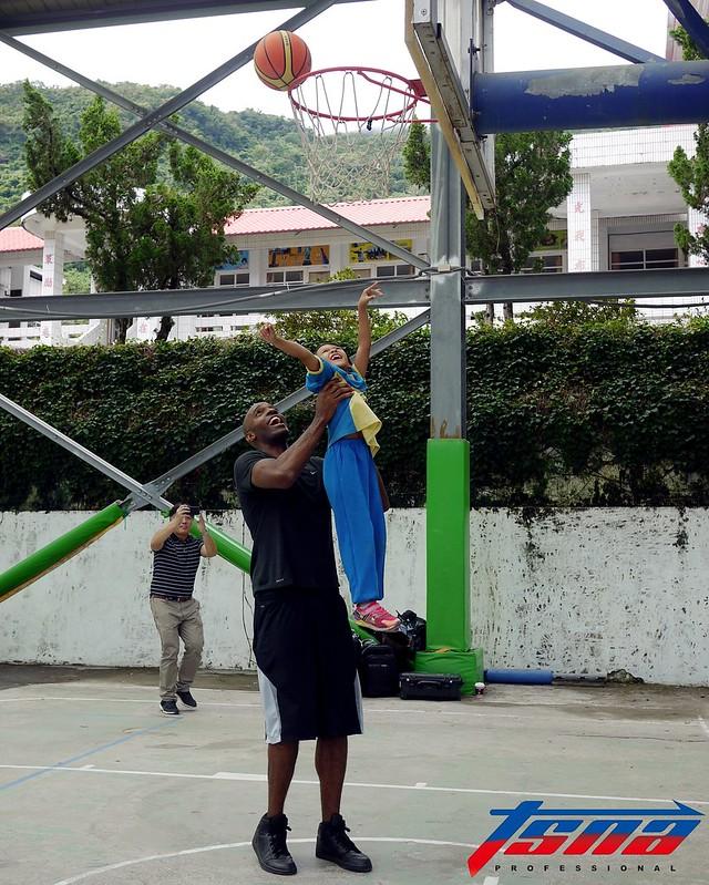 戴維斯(Quincy Davis)(圖左)陪伴小朋友打球。(倪芝蓉/攝)