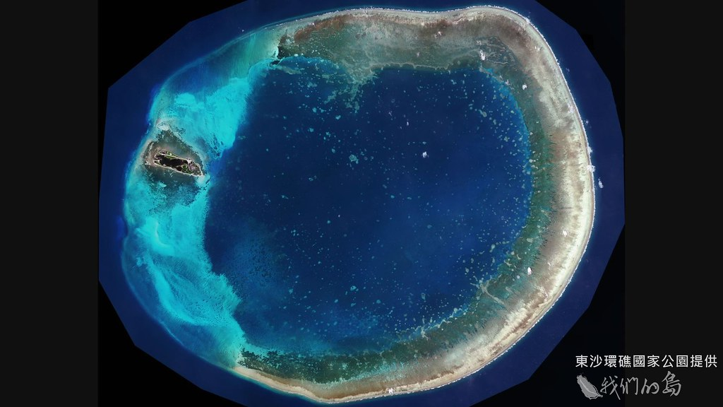 933-1-4從衛星影像圖清楚看出圓形的東沙環礁,就像一頂藍色皇冠。(東沙環礁國家公園提供)