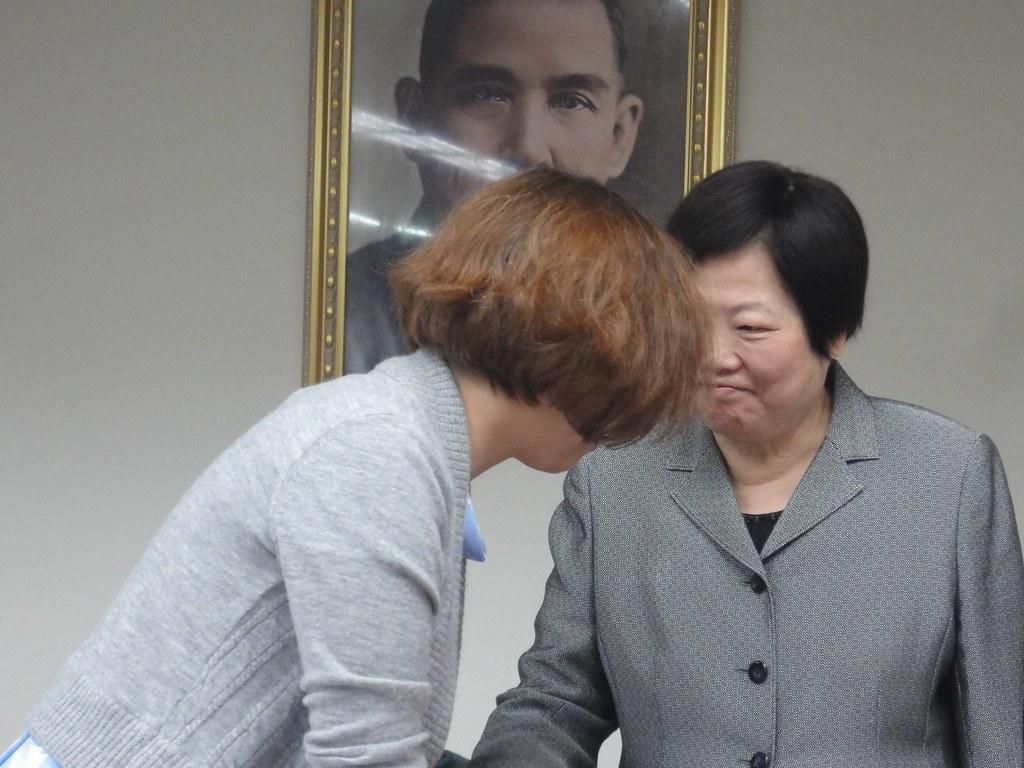 勞動部長林美珠和民進黨召委林靜儀在公聽會結束後握手,達成今天的任務。(攝影:張智琦)