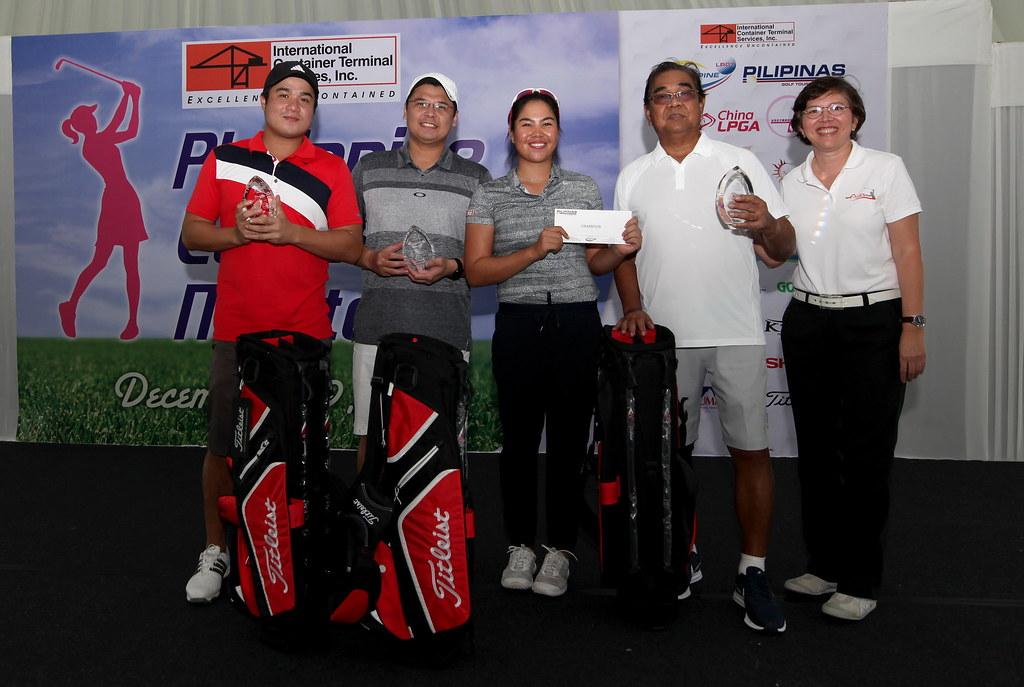 配對賽菲律賓職業選手Pauline DEL ROSARIO 保琳(中)與3位社會業餘人士奪冠,右為賽事總監Colo Ventosa。(主辦單位提供)