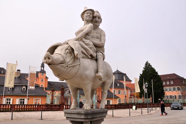 """Peter Lenks Skulptur """"Das Schwetzinger Glücksschwein"""" ... Foto: Brigitte Stolle November 2017"""