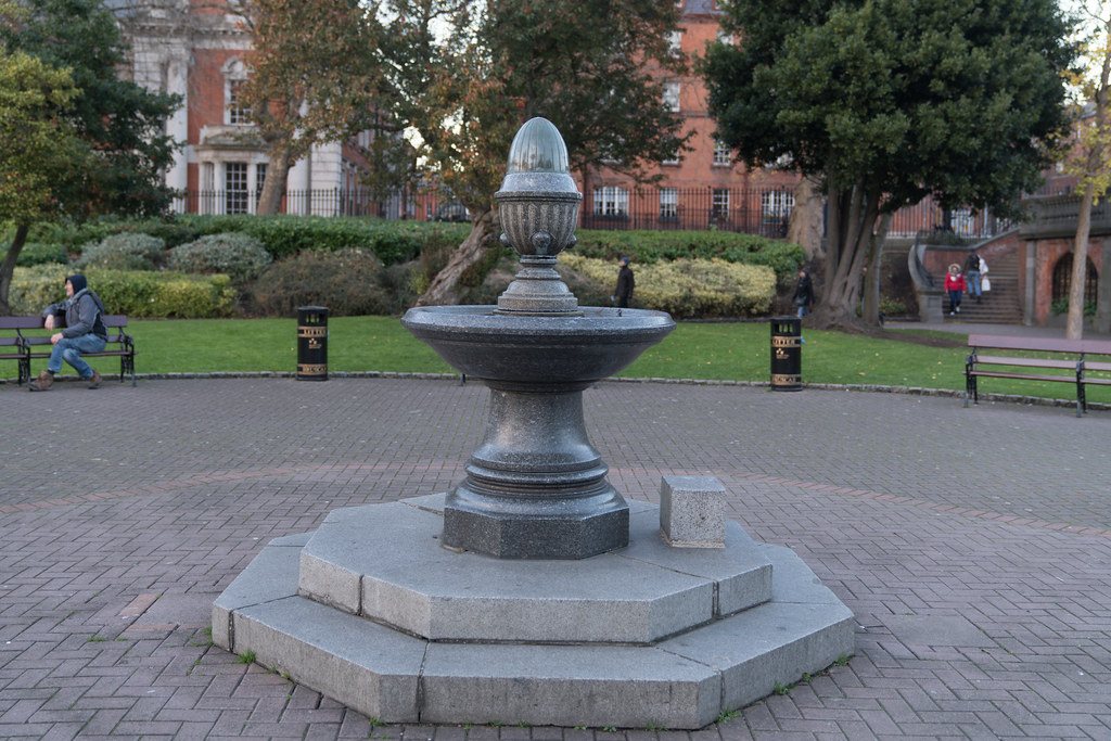 THE SMALLER FOUNTAIN IN ST PATRICKS PARK 004