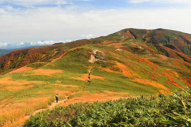 朝日連峰縦走登山 中先峰から寒江山へ