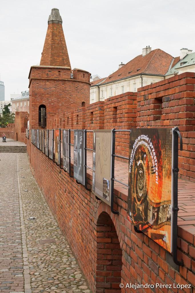 Exposición de arte en la muralla de la Barbacana de Varsovia