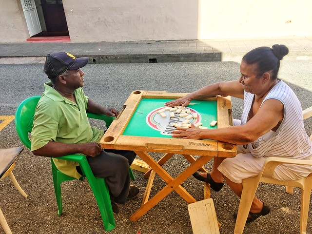 Dominicanos jugando al dominó en la zona colonial de Santo Domingo (República Dominicana)