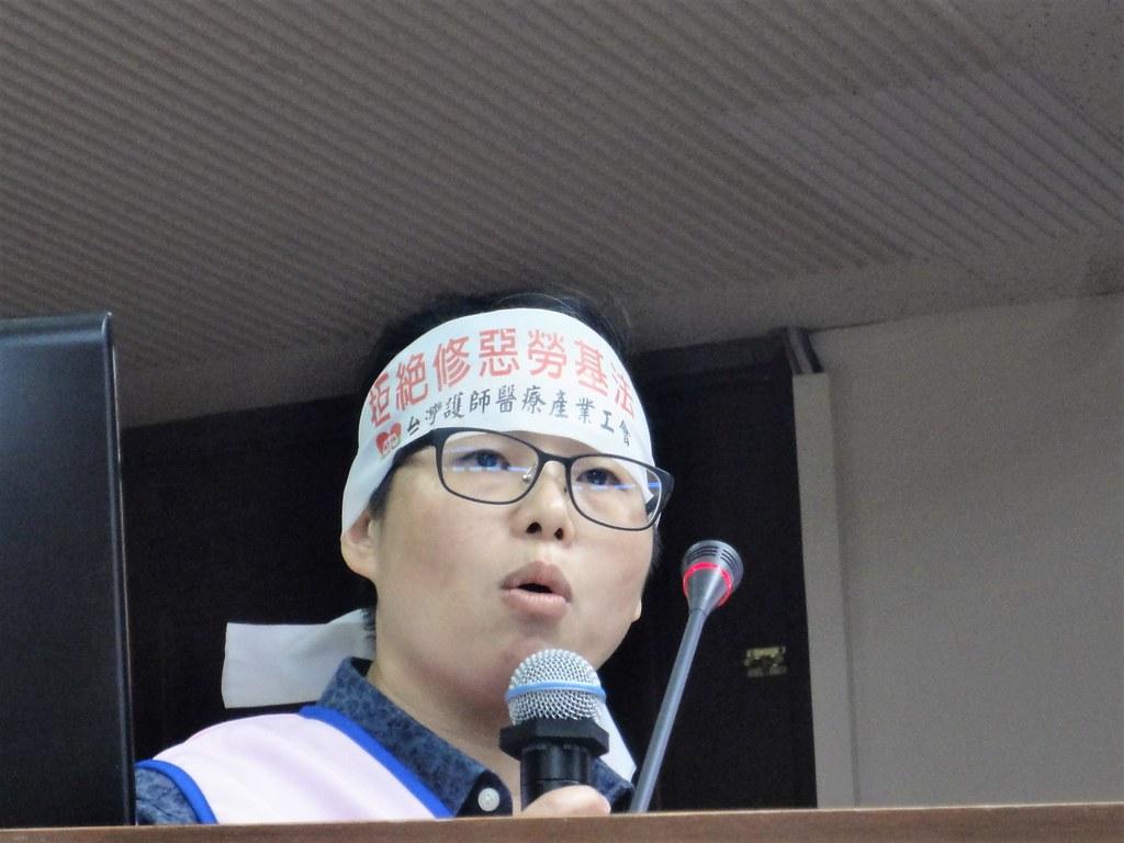 台灣護師醫療產業工會理事長陳玉鳳指醫護人員已普遍過勞,強烈反對修惡《勞基法》。(攝影:張智琦)