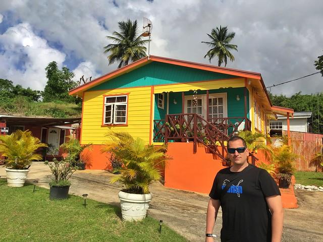 Sele en Barbados delante de una Chattel House (Islas del Caribe en crucero)