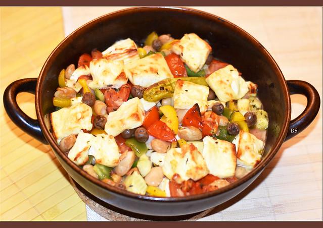 Feta und Gemüse im Backofen geschmurgelt ... Oliven, Peperoni, weiße Bohnen, Olivenöl, Kräuter ... Foto: Brigitte Stolle