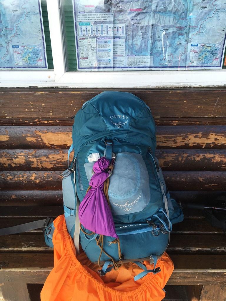 每個人要將自己的排遺掛置在大背包上自己背下山。圖片來源:雪管處提供。