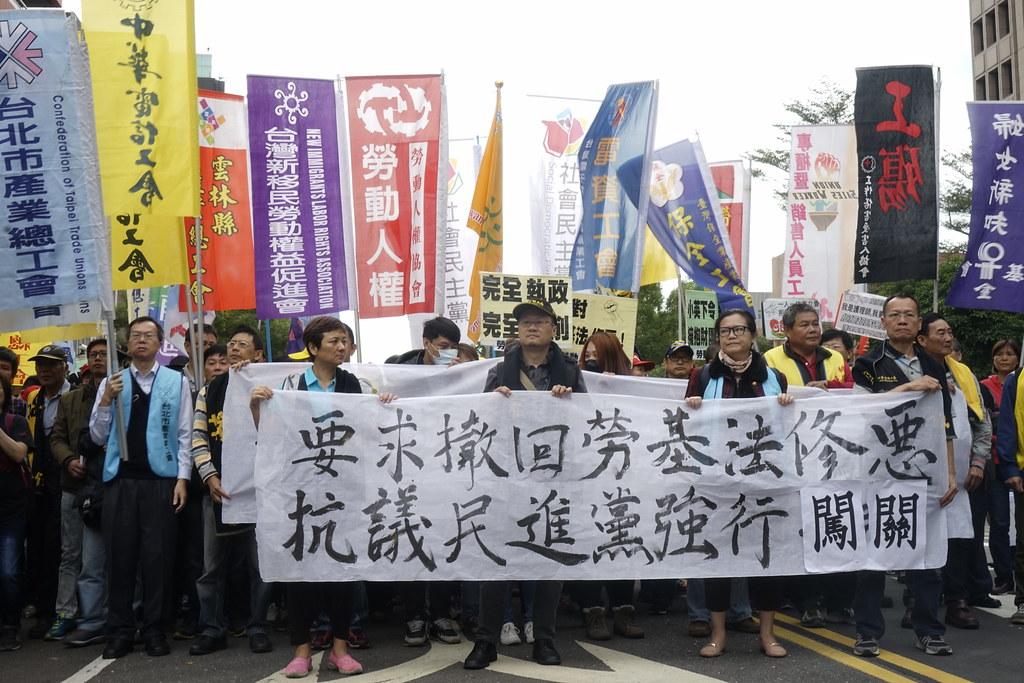 勞團在立院外反對民進黨強行闖關。(攝影:張宗坤)