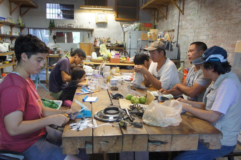 小農聚集在一起,一起幫福壽螺上記號做實驗。圖片來源:農田裡的科學計畫。